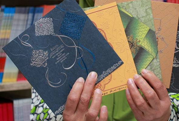 Posting Raya cards to strangers to keep tradition alive