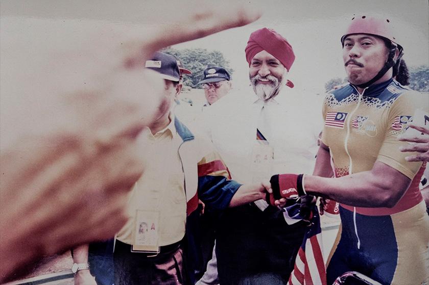 Rosman Alwi (kanan) bergambar bersama Tan Sri Darshan Singh yang merupakan Presiden Persekutuan Berbasikal Asia (ACC) pada ketika itu. - Foto ROSMAN ALWI