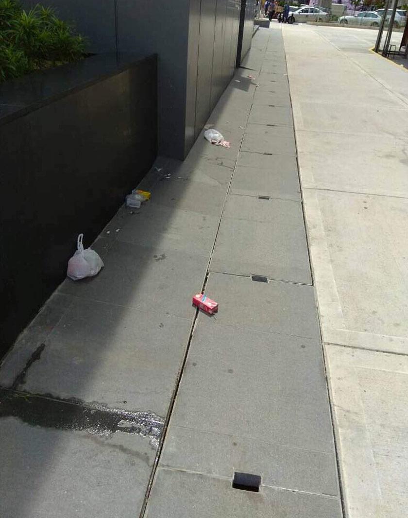 Puntung rokok dan sampah dibuang merata-rata di laluan masuk dan kawasan siar kaki stesen. - Pengurusan MRT