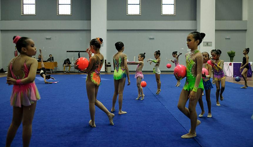 Atlet-atlet cilik bimbingan Afrita berusia antara empat hingga 11 tahun membuat persediaan sebelum menjalani proses penggredan. - Foto ASTRO AWANI / SHAHIR OMAR
