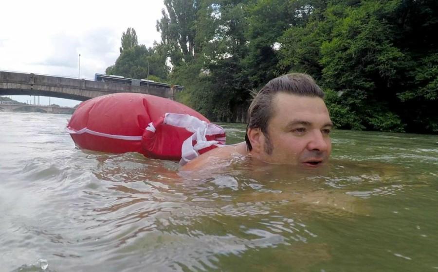 Bengang dengan 'traffic jam', lelaki ini berenang ke tempat kerja