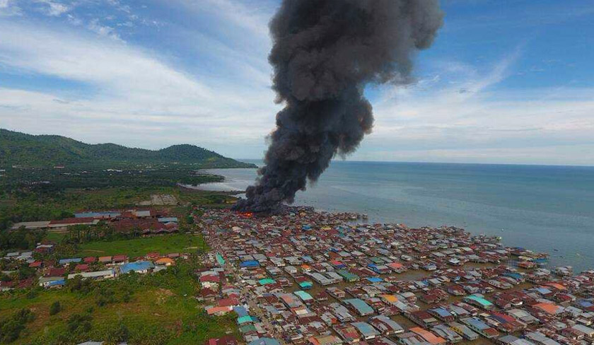 Lebih 250 buah rumah setinggan membabitkan lebih 1,000 penduduk di Kampung Hidayat Batu 4, Jalan Apas musnah dijilat api. -Foto JBPM