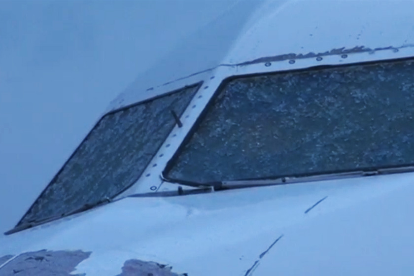 Cermin kokpit retak menyebabkan kapten pesawat tidak dapat melihat dengan jelas.