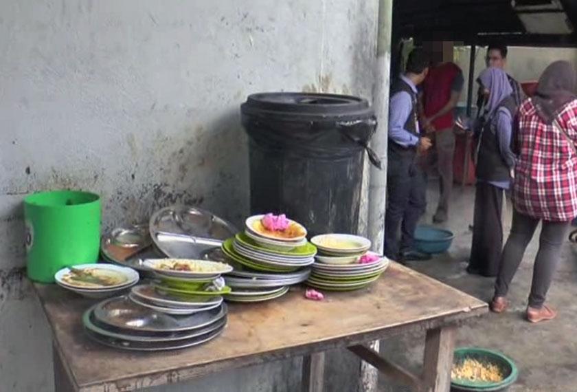 PInggan dan peralatan yang telah digunakan dikumpulkan di bahagian belakang restoran berdekatan tong sampah. - Astro AWANI