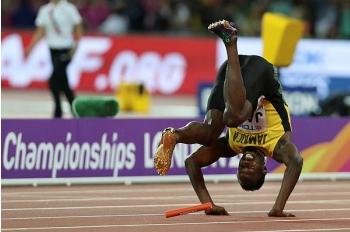 Bolt dilihat memegang paha kirinya sebelum terjatuh di hadapan kira-kira 60 ribu penonton yang memenuhi Stadium London.