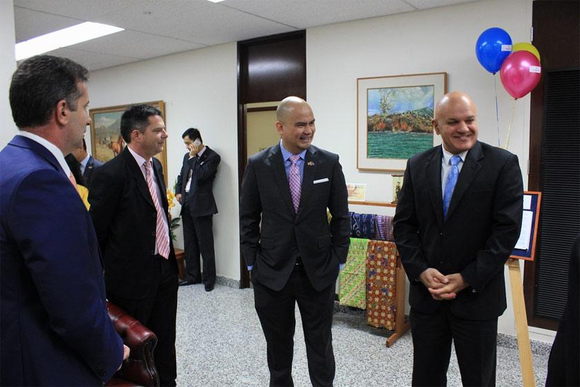 Konsul Jeneral Malaysia, Nazarudin Jaffar, bersama-sama tetamu yang hadir. - gambar Konsul General Malaysia di Perth.