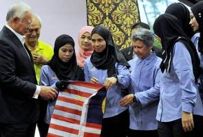 PM Najib hands over Jalur Gemilang to six women on mission to scale Mt Elbrus