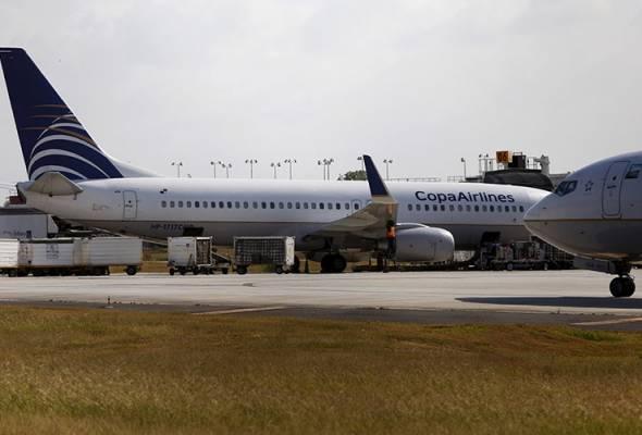 Remaja buka pintu kecemasan dan terjun sebaik pesawat mendarat