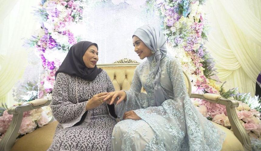 Yuna disarungkan cincin pada majlis pertunangannya hari ini. Foto Zel Atif Ishak