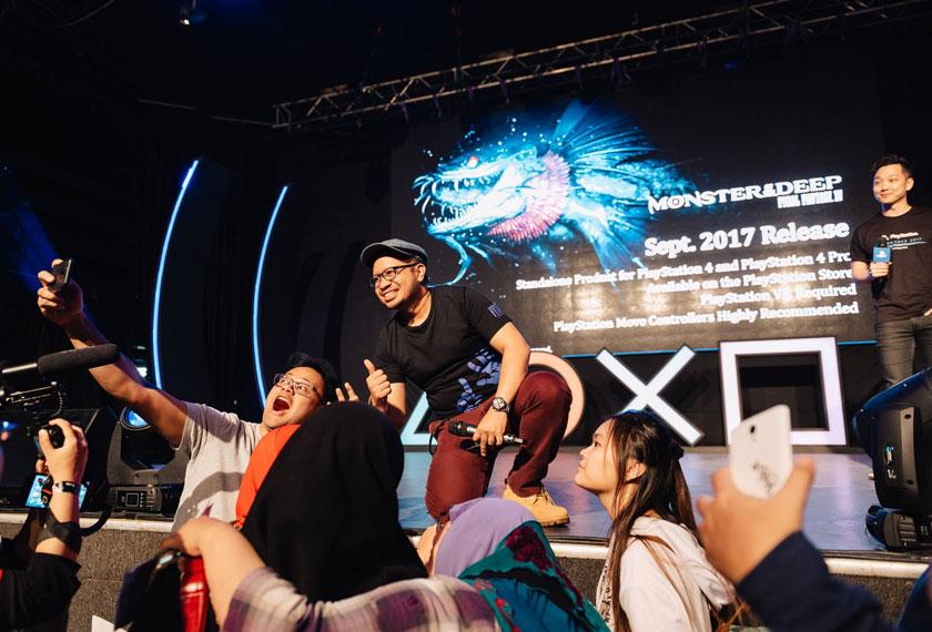 Ketua Pereka Wan Hazmer Monster of the Deep: Final Fantasy XV mengambil gambar bersama peminat selepas sesi Game Stage Event. - Foto Facebook PlayStation Asia