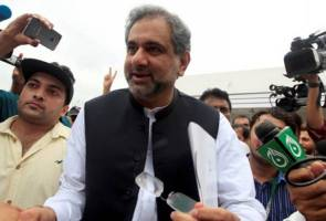 Pakistan's new PM forms cabinet with an eye to 2018 poll