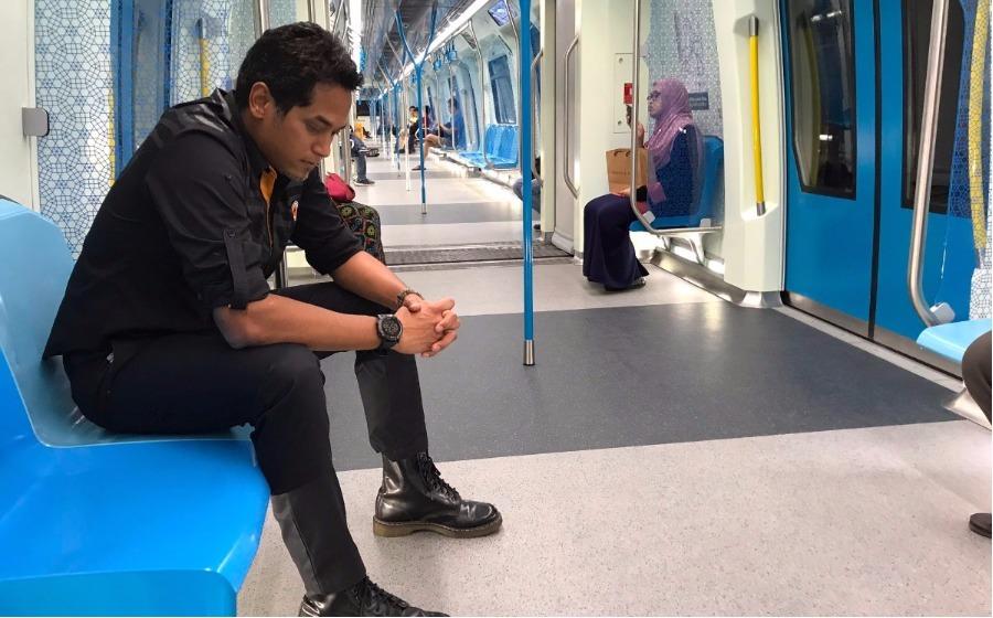 Abah balik kerja naik MRT hari ini - KJ muat naik OOTD MRT