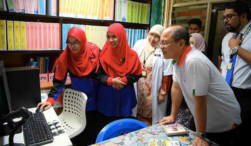 Madius (second, right) looking at the 'B-Tag' system database at Banting Hospital. - BERNAMA