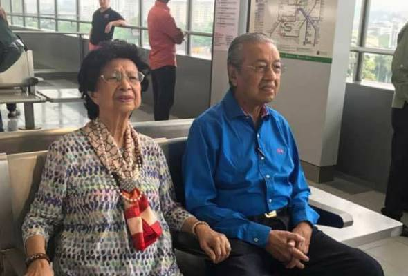 Former premier Tun Dr Mahathir Mohamad was also seen capturing a few photos in the MRT Sungai Buloh-Kajang  (SBK) line.