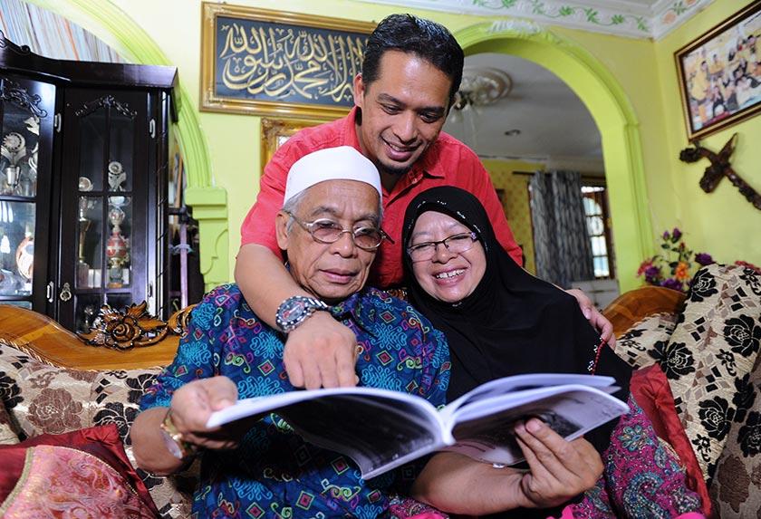 Hussin bersama isterinya, Normah, dan anak mereka, Azamta Karya Zawal'azi, 36, di kediaman mereka di Felda Lui Timur. - Bernama