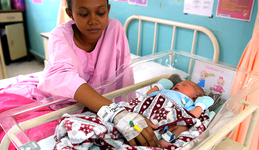 Rosyati Bayet, 24, and her newborn using the 'B-Tag' at Banting Hospital today. - BERNAMA