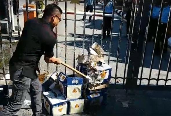 Jamal Yunos pecahkan botol arak tanda protes