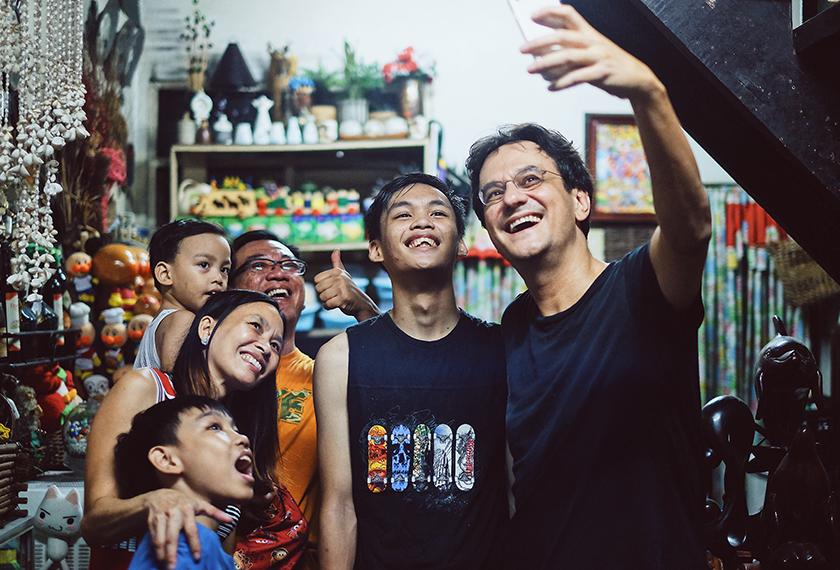 Penulis mengambil 'selfie' dengan Manuel bersama isteri dan tiga anak mereka. Foto Karim Raslan