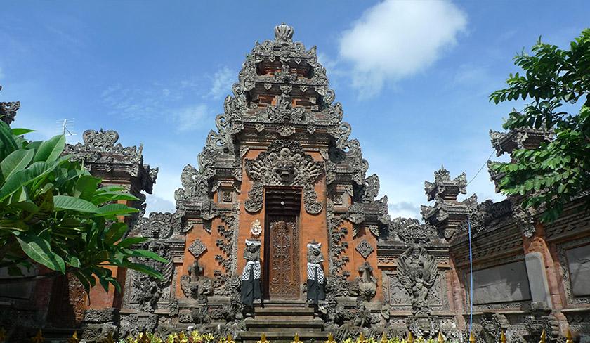 Sebahagian besar populasi Pulau Bali beragama Hindu. Hal ini cukup kontras dibandingkan dengan populasi majoriti di Indonesia yang beragama Islam. Foto Karim Raslan