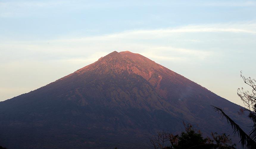 Gunung Agung memuntahkan debu, asap tebal dan lahar sejak 19 September lalu. Sejauh ini, lebih 120,000 penduduk telah dipindahkan.