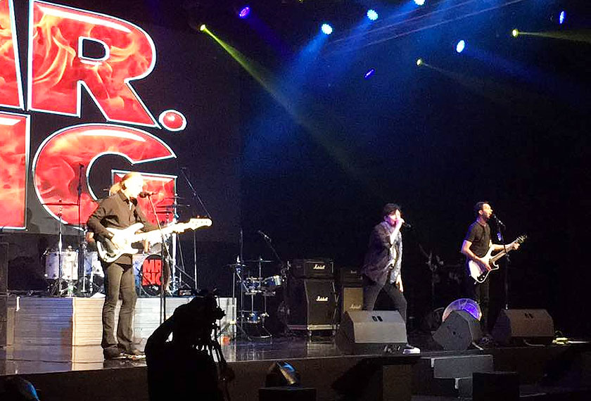 Lantunan suara Eric nyata masih memukau selain petikan gitar Paul yang tampak bersahaja namun cukup mengujakan para peminat yang memenuhi ruang dewan. -Foto Warner Music Malaysia