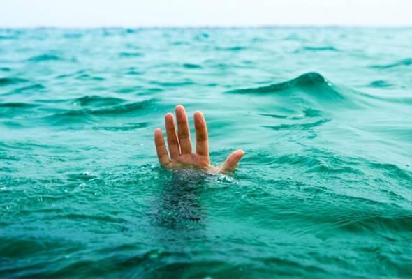 Mangsa yang dikenali sebagai M Kasturi, 20 tahun, terjatuh ke dalam Sungai Klang ketika berada di atas jejambat itu bersama rakannya.