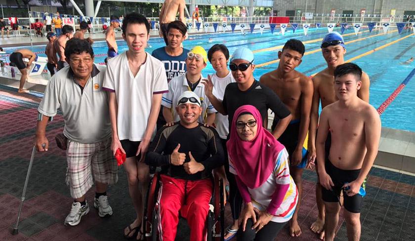 Nurul (bertopi renang kuning) bersama atlet OKU lain sewaktu menjalani latihan fizikal. - Sumber: Facebook