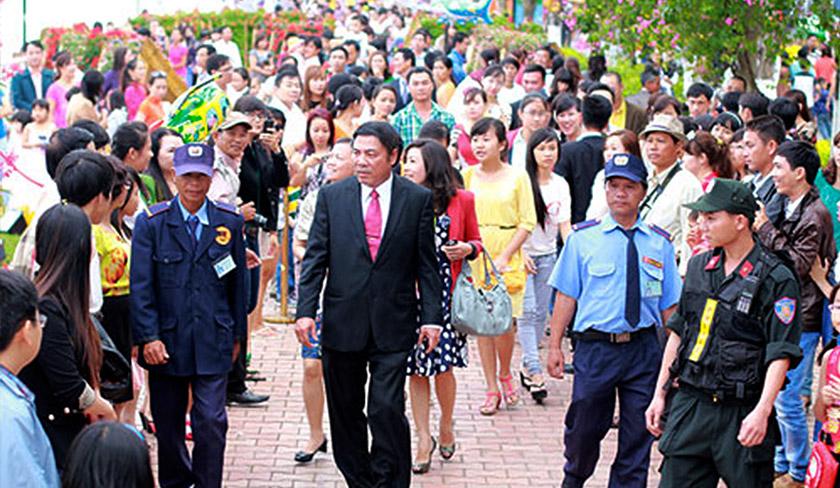 Nguyen adalah pemimpin yang popular, selalu dikerumuni dan diekori orang ramai ke mana sahaja beliau pergi. Foto PetroVietnam