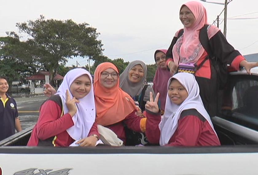 Calon SPM SMK Datuk Haji Ahmad Said menaiki kereta pacuan empat roda untuk ke pusat peperiksaan selepas pekarangan sekolah mereka dinaiki air akibat banjir.