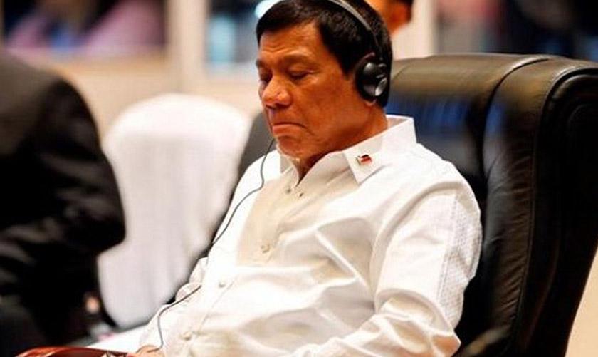 Presiden Filipina Rodrigo Duterte kelihatan bosan ketika sesi plenari Sidang Kemuncak ASEAN di Vientiane, Laos, Sept 6, 2016. REUTERS