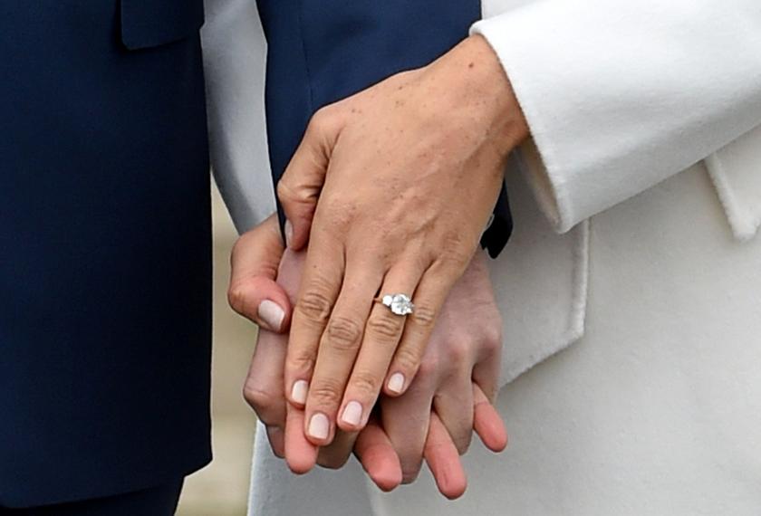 Cincin pertunanangan Meghan yang bertatahkan tiga berlian telah direka khas oleh Putera Harry.