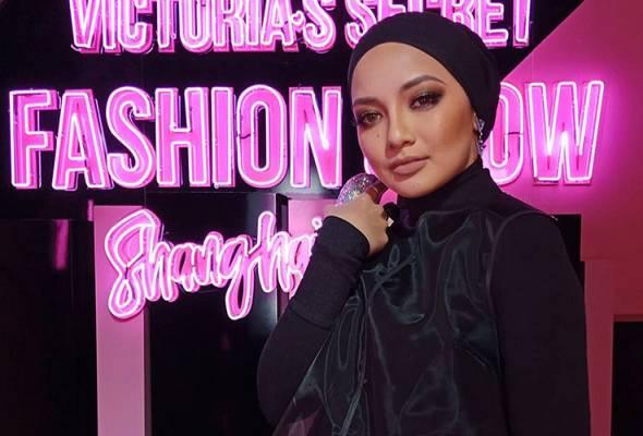 Neelofa berkongsikan keterujaannya dan suasana pertunjukan fesyen itu di akaun Instagram miliknya.