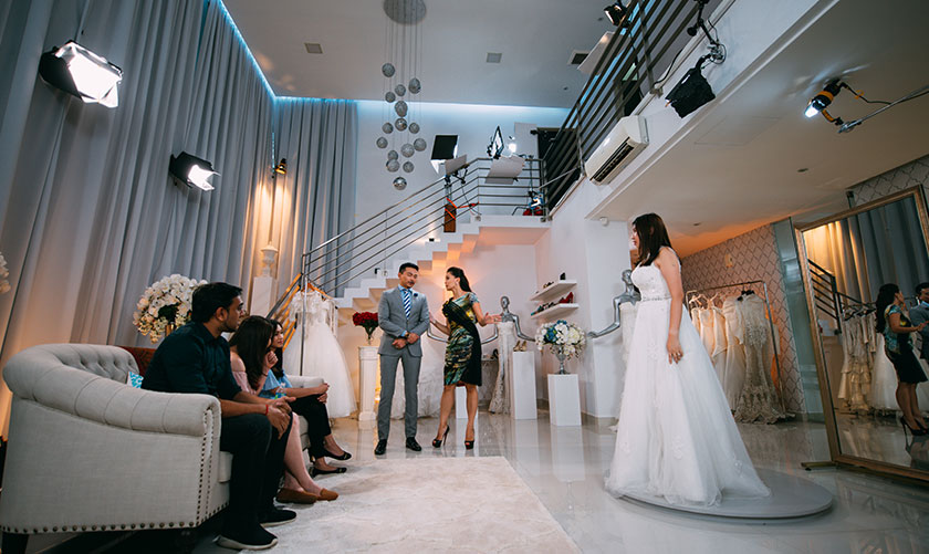 Seramai 18 pasangan akan bersama-sama Jovian dan Daphne mencari busana yang tepat buat majlis perkahwinan masing-masing. - Foto oleh Say Yes To The Dress Asia