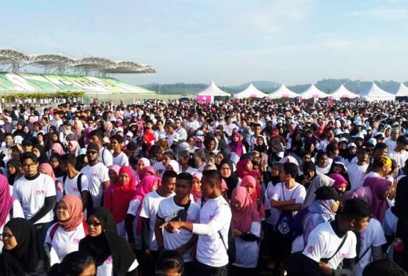 Lebih 40,000 belia menyertai larian amal Malaysians United Run (MUR) 2017 di Litar Antarabangsa Sepang (SIC) pagi ini.