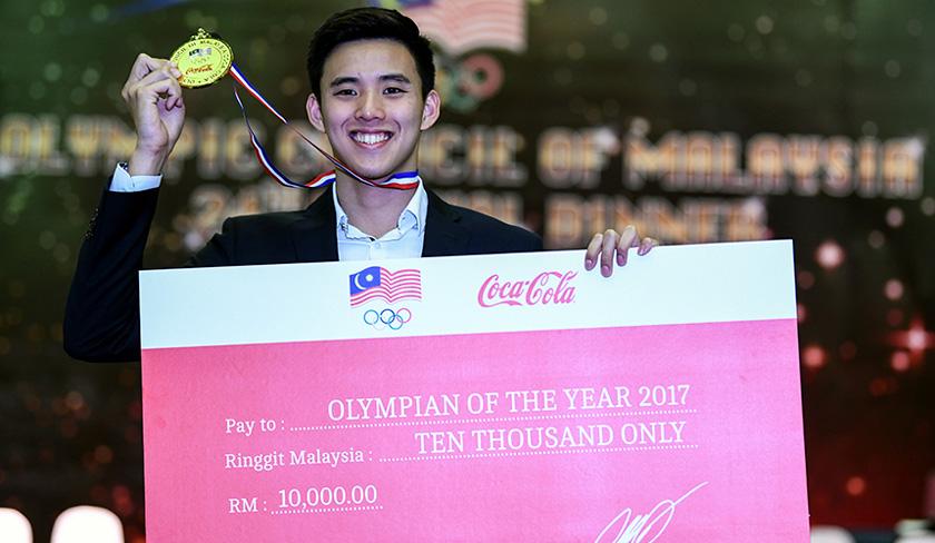 Welson Sim bergambar dengan pingat dan replika cek yang diterima pada Majlis Jamuan Tahunan Majlis Olimpik Malaysia ke-24 di Wisma OCM pada Khamis. - BERNAMA