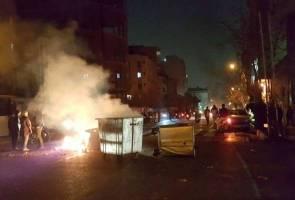 Protes Iran: Polis maut ditembak penunjuk perasaan