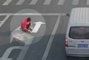 Bosan sering lewat ke pejabat, lelaki cat semula panah arah jalan raya