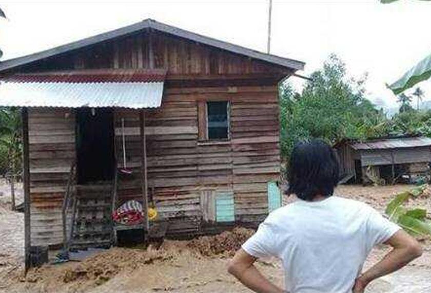 Antara rumah mangsa yang terjejas dihanyutkan arus deras di sungai Kampung Pampang, Keningau.