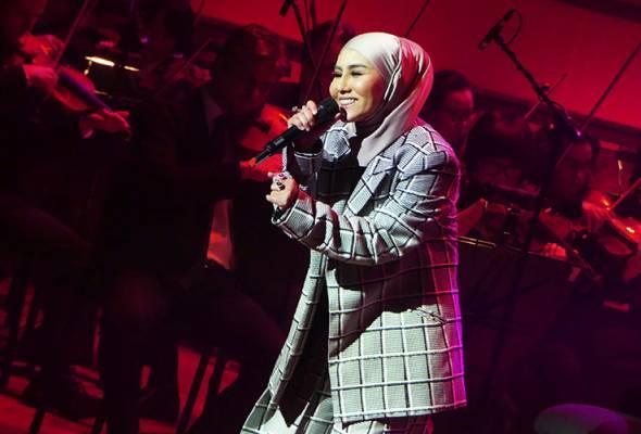 Ratu Rock Malaysia, Ella muncul di pentas Dewan Filharmonik Petronas diiringi 100 pemuzik Malaysian Philharmonic Orchestra