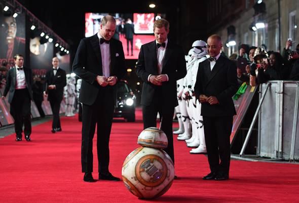 Williams dan Harry membuat penampilan singkat sebagai Stormtroopers. Ini bermakna penonton tidak akan dapat melihat wajah mereka dalam filem