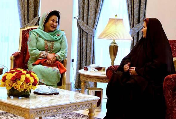 Isteri Perdana Menteri menghadap baginda semasa lawatan beliau ke Kompleks Majlis Tertinggi Wanita.