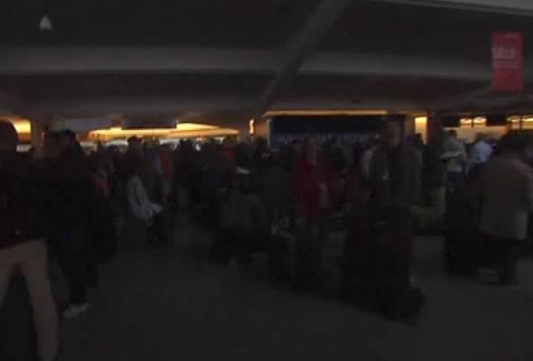 Jurucakap lapangan terbang berkenaan,Reese McCranie berkata, penumpang-penumpang yang berada di situ turut terkandas.