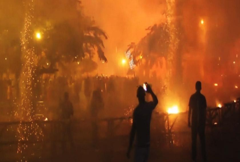 Detik-detik ketika berlaku letupan bunga api yang mengakibatkan kecederaan di sambutan perayaan Parrandas di Remedios, Cuba (foto: APTN VIDEO)