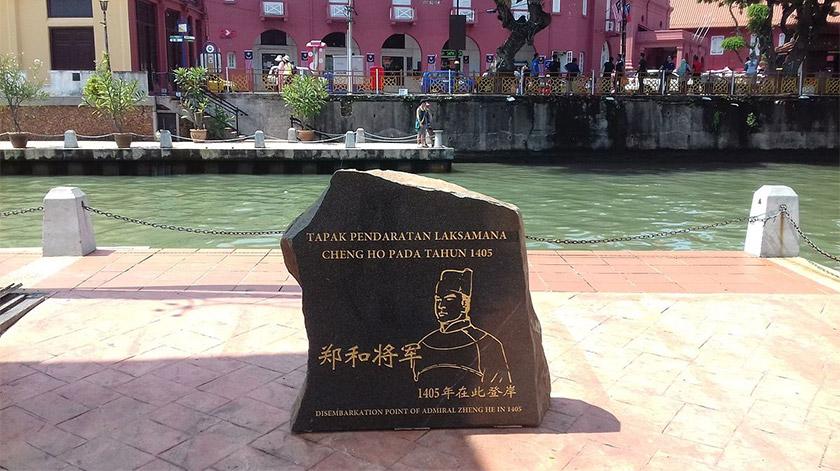 Sebuah batu peringatan sebagai tanda pendaratan Laksamana Zheng He di 1405, Melaka, Malaysia. Foto Wikimedia Commons
