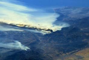 Wildfire burns homes, winery in L.A.'s posh Bel-Air neighborhood