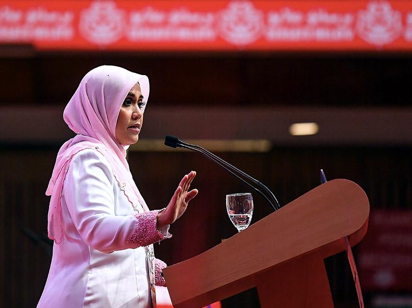 Ketua Puteri UMNO Datuk Mas Ermieyati Samsudin menyampaikan ucapan dasar sempena Perhimpunan Agung Puteri di Dewan Merdeka, Pusat Dagangan Dunia Putra hari ini. -- fotoBERNAMA