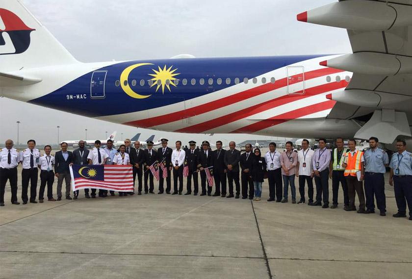 Ketua Pegawai Eksekutif Malaysia Airlines Group, Kapten Izham Ismail (tengah) turut hadir menyambut ketibaan pesawat A350-900.