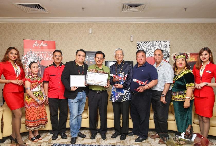 Ketibaan penumpang juga disambut oleh Menteri Muda Pelancongan, Seni dan Kebudayaan negeri, Datuk Lee Kim Shin. - Foto AirAsia