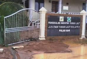 Pejabat Jabatan Taman Laut di Pulau Aur rosak akibat tanah runtuh