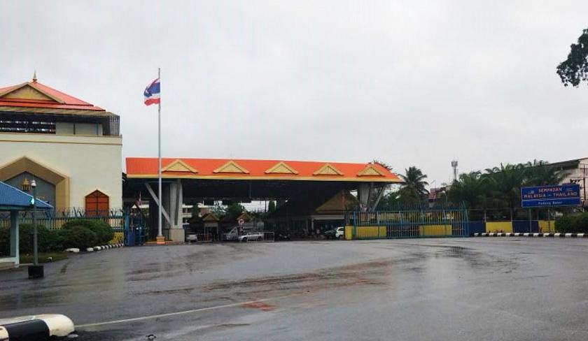 Bendera kebangsaan Thailand berkibar megah di sempadan Malaysia-Thailand dekat Padang Besar, Perlis. - Foto Dr Hazmi